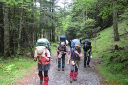 登山で肩こりしないザックの背負い方|腰で背負えば肩こり一発解消