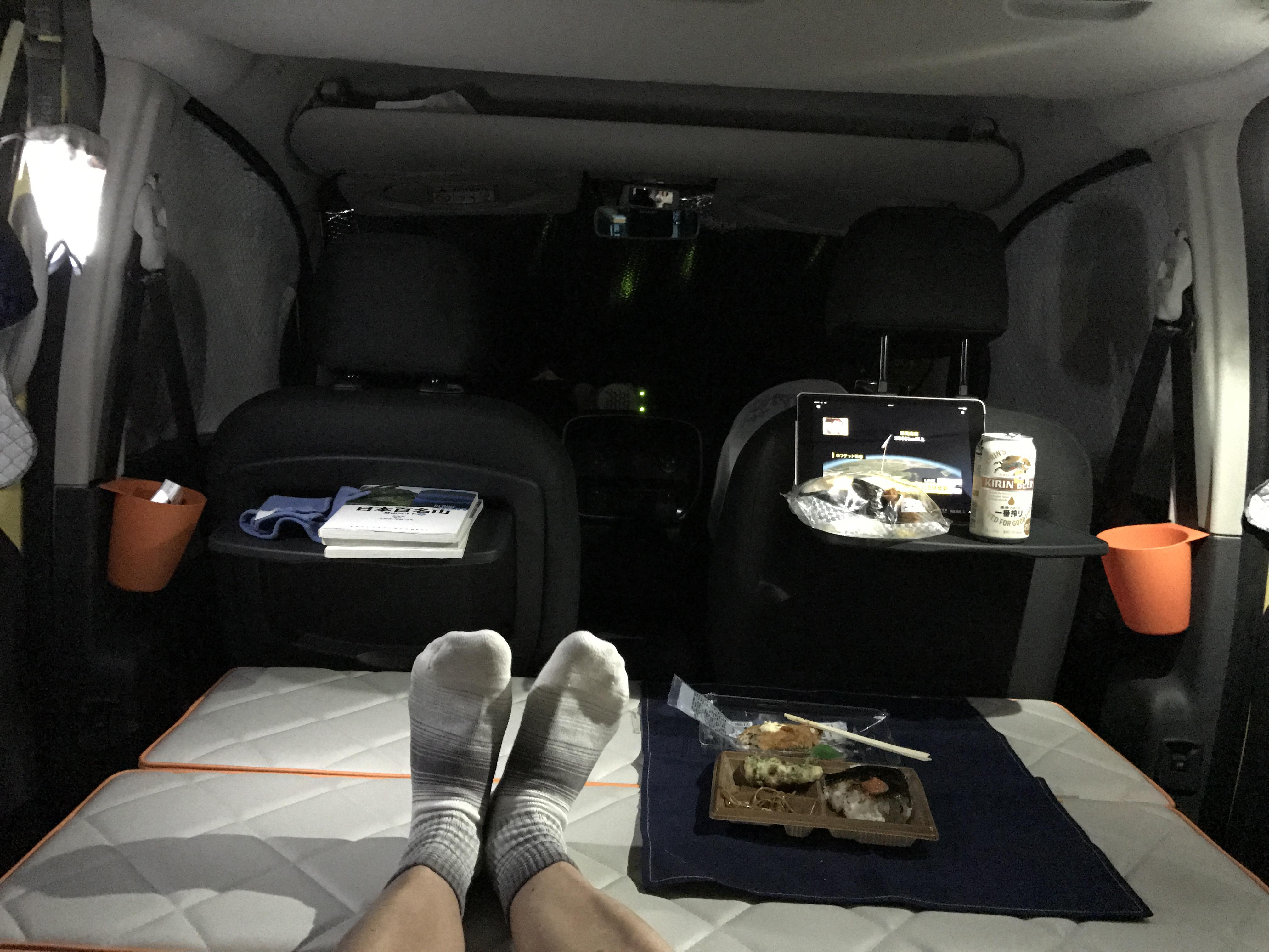 カングー車内で弁当食べるシーン