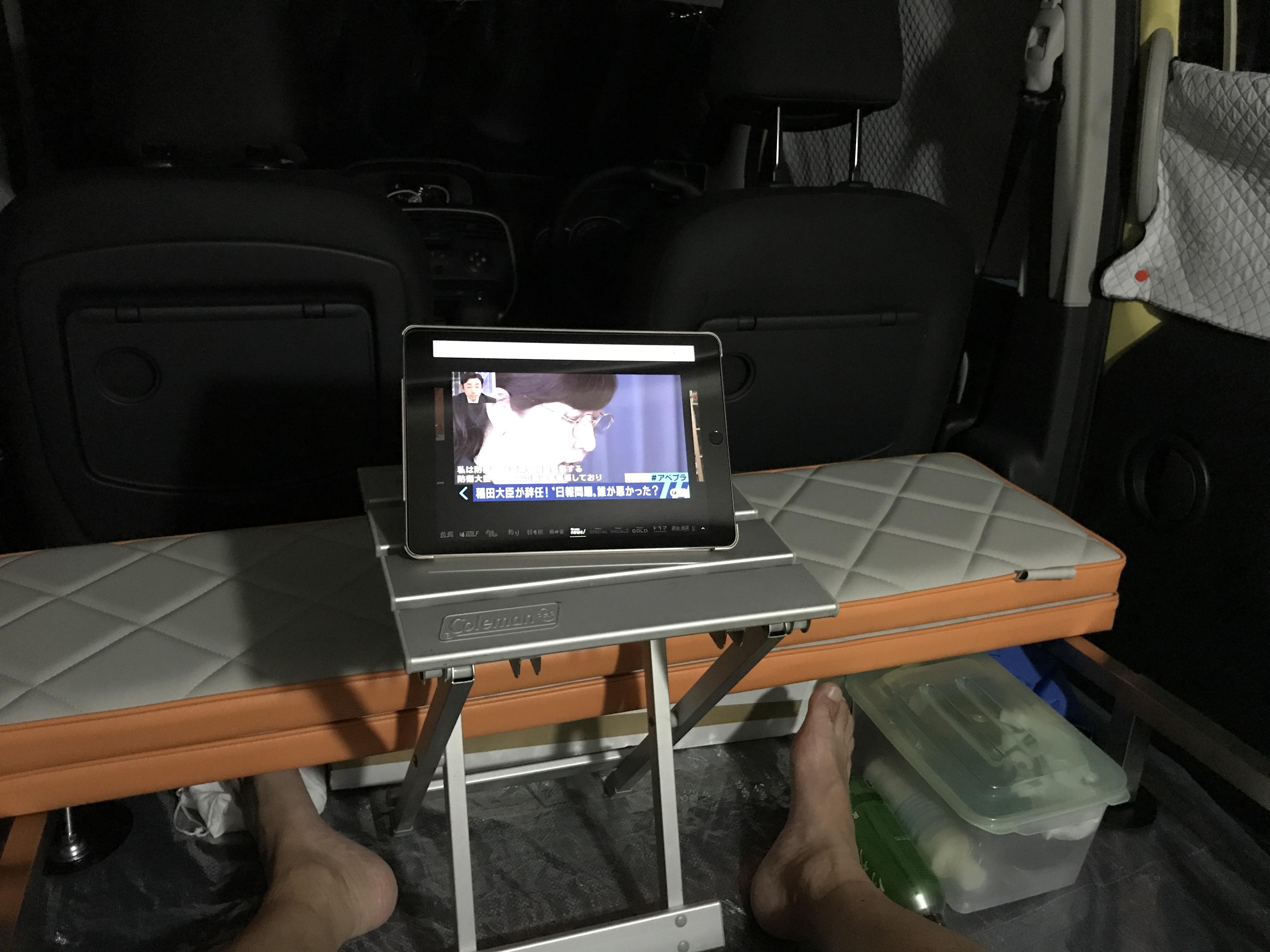 カングー車内にキャンプテーブルを入れたシーン