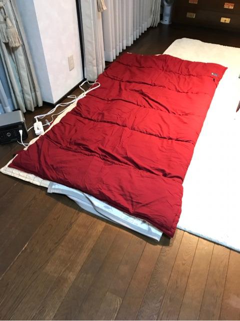 シュラフに電気毛布をくるんだところ