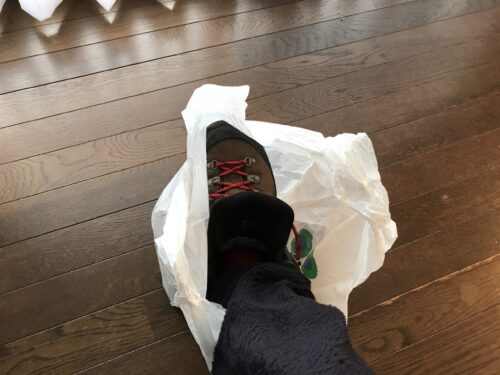 スーパーの袋と登山靴1