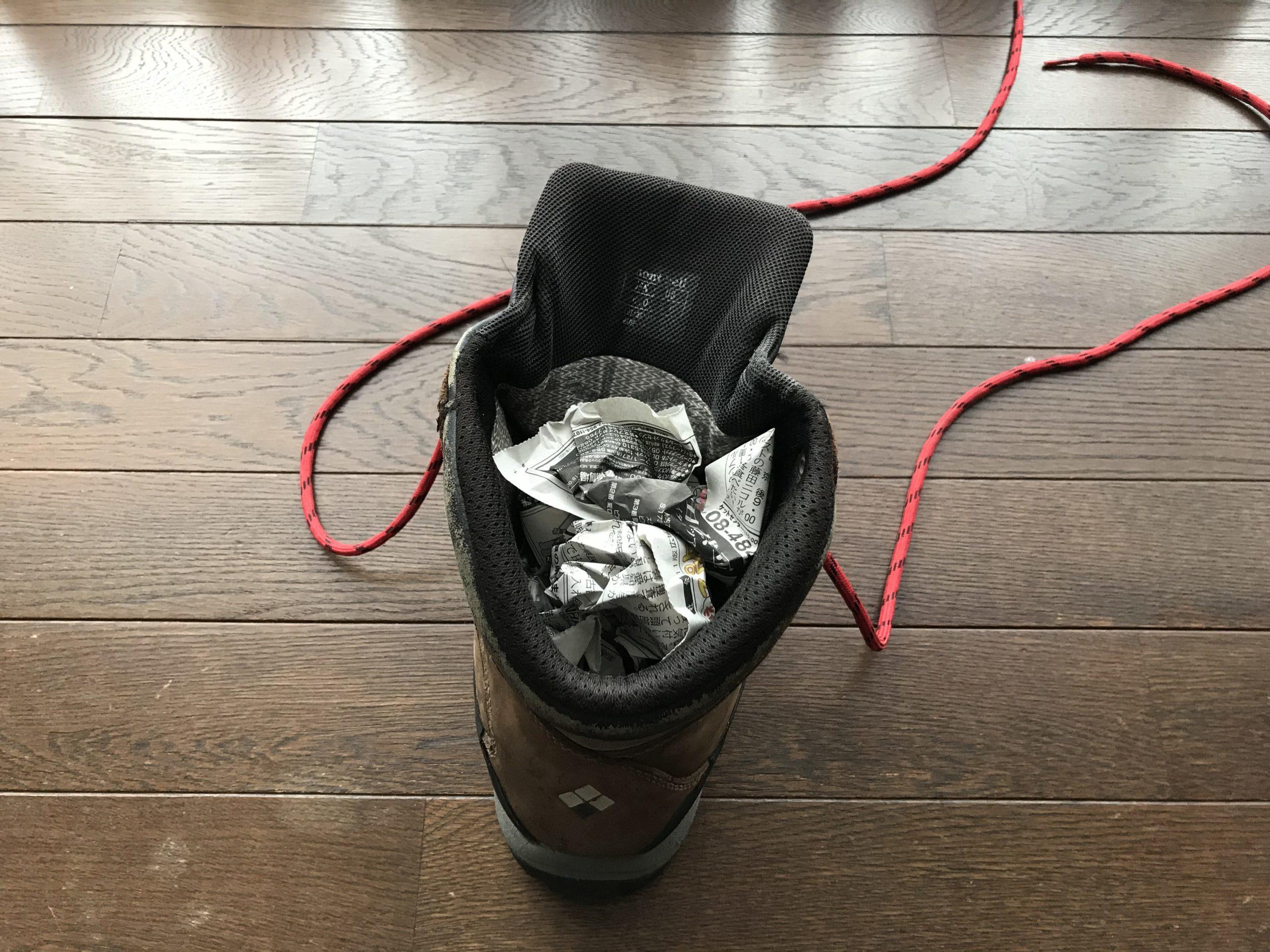 新聞紙で登山靴を乾かす