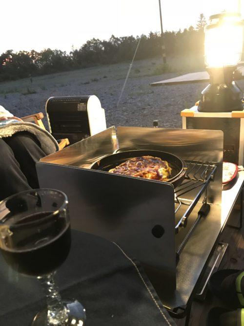 風防付きコンロで料理を作る