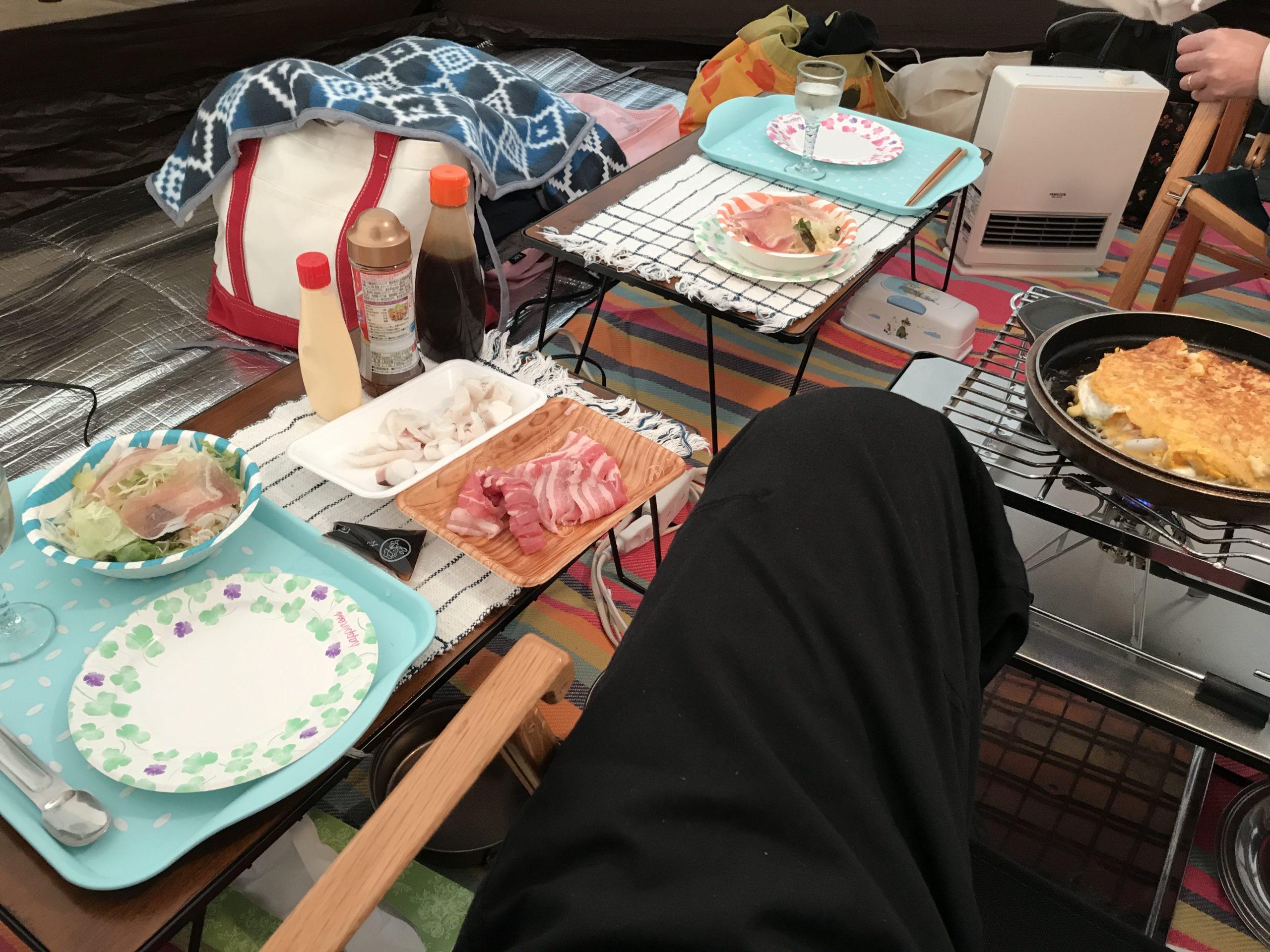 ユニフレームフィールドラックのテーブルでキャンプ