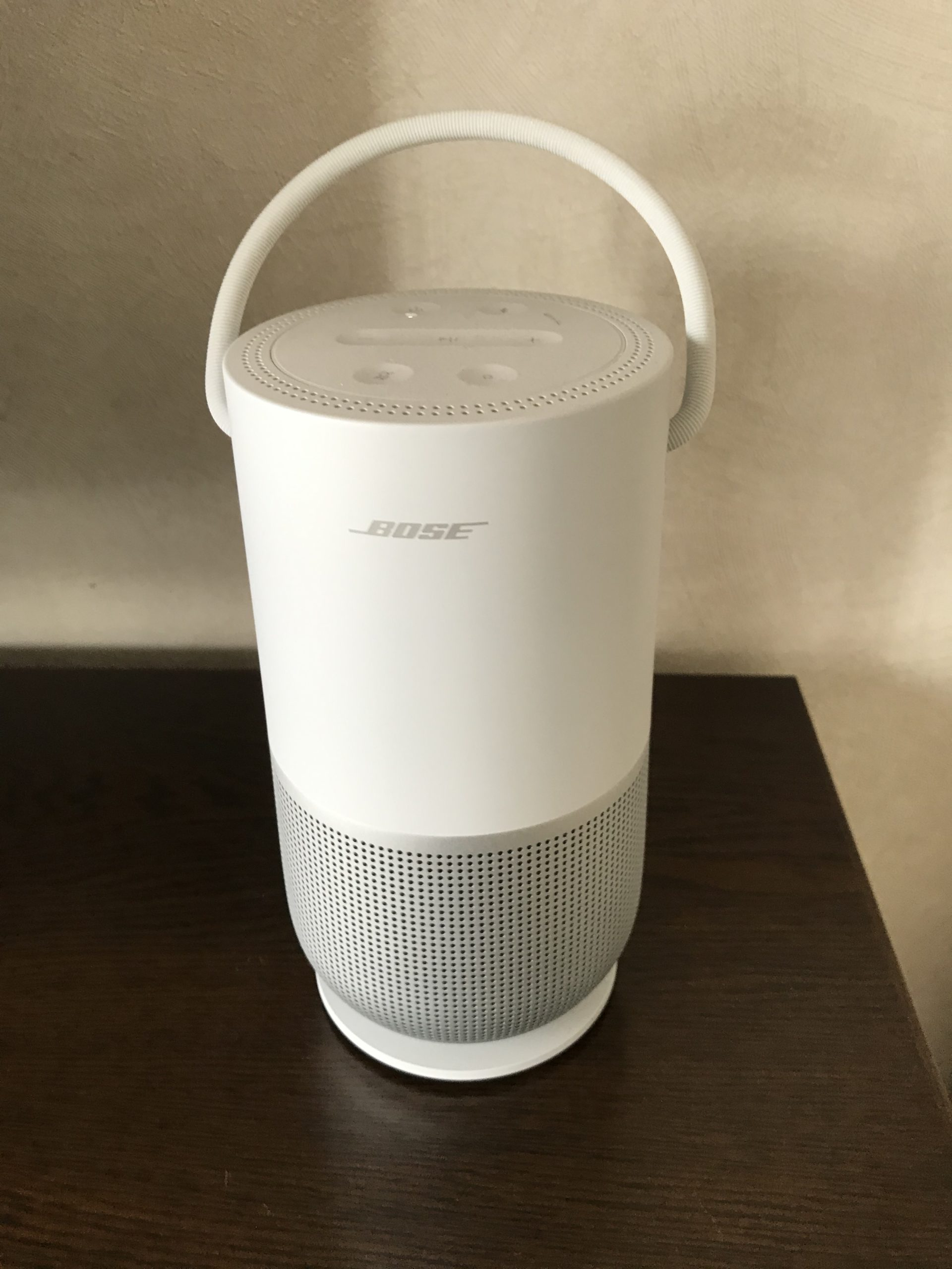 BOSE Portable Home Speaker charging cradleにのっける