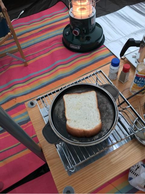 フライパンで食パンを焼く