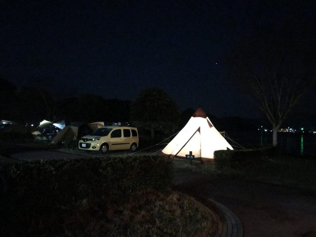 ワンポールテントでランタンをオシャレに活用する方法|キャンプシーン別に紹介