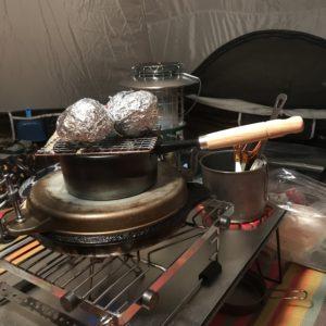 キャンプのピザ窯を鉄鍋の蓋で代用|簡単にピザ窯を手作りする技を紹介