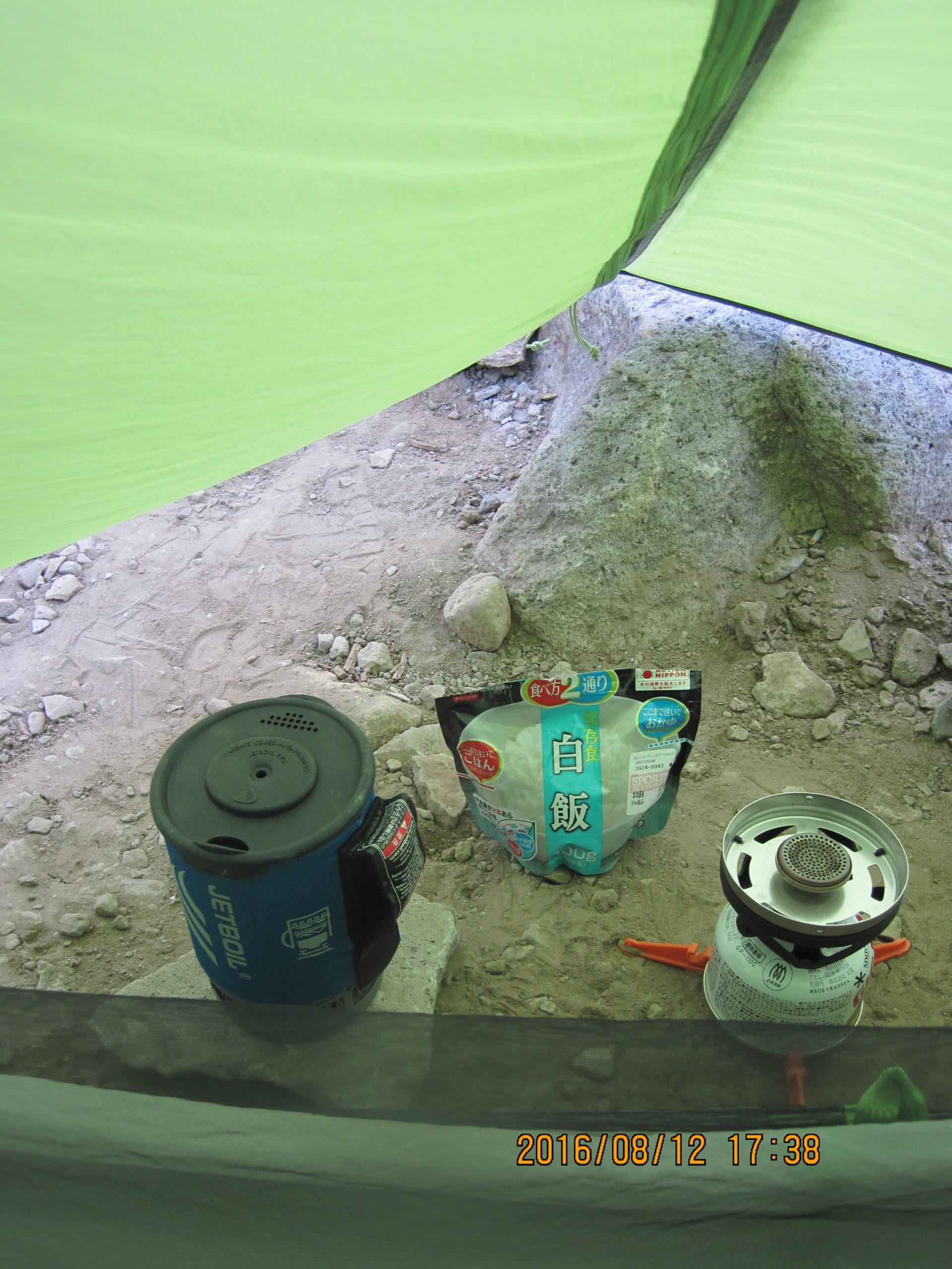 ニーモ タニ 1Pの前室で食事