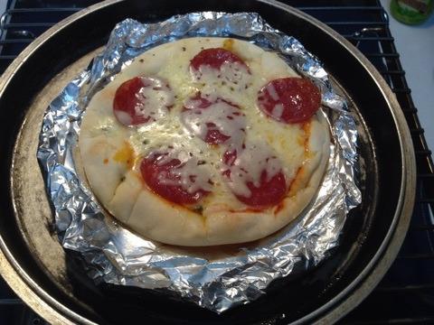 鉄鍋を逆さまにして作ったピザ