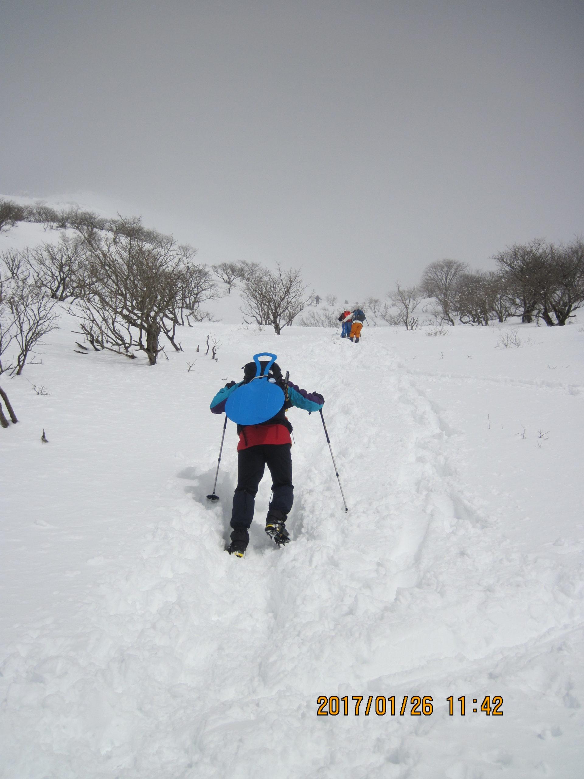伊吹山で冬登山|ヒップそりを背負う
