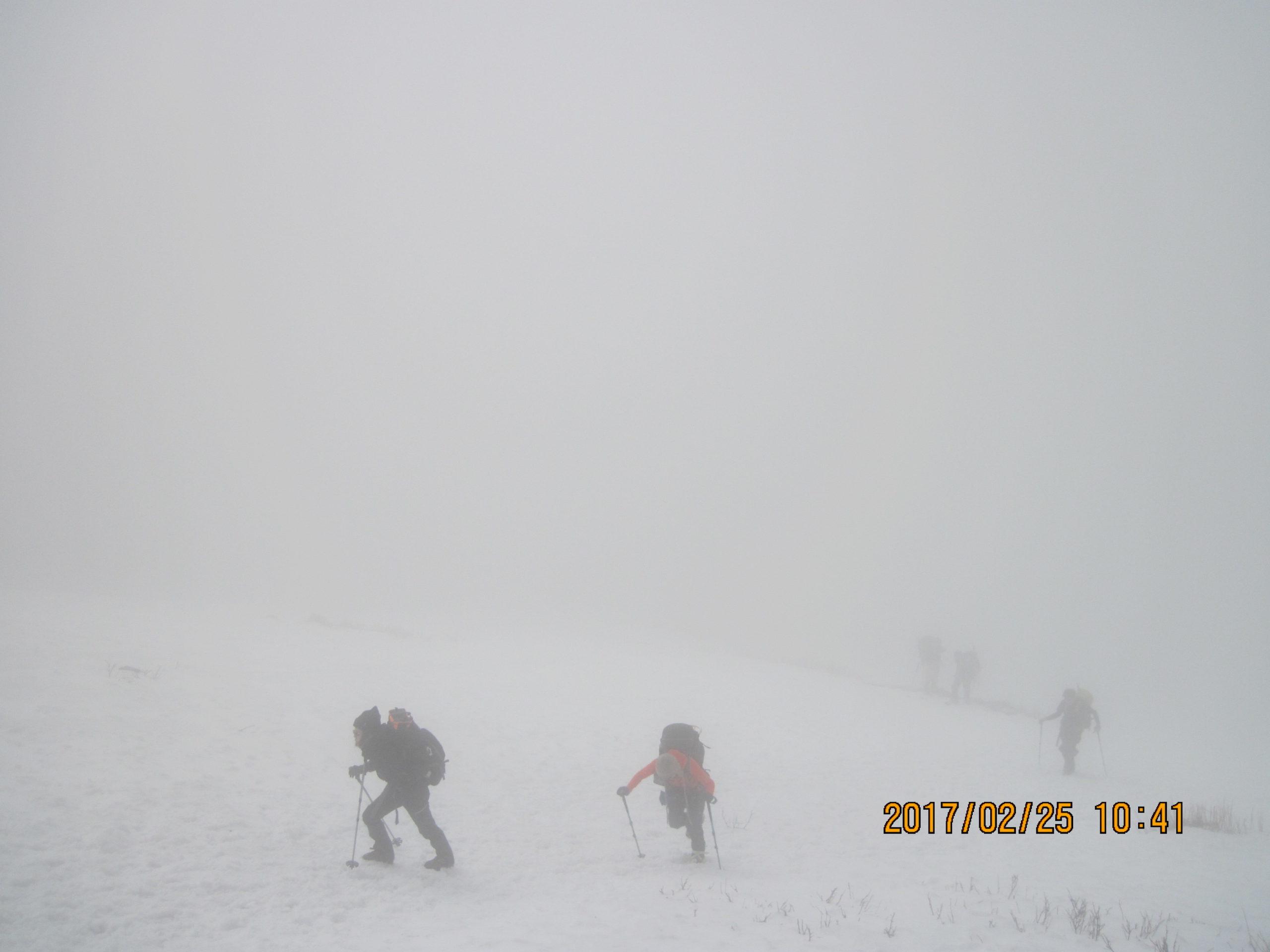 伊吹山で冬登山|重アイゼンで急登を登る