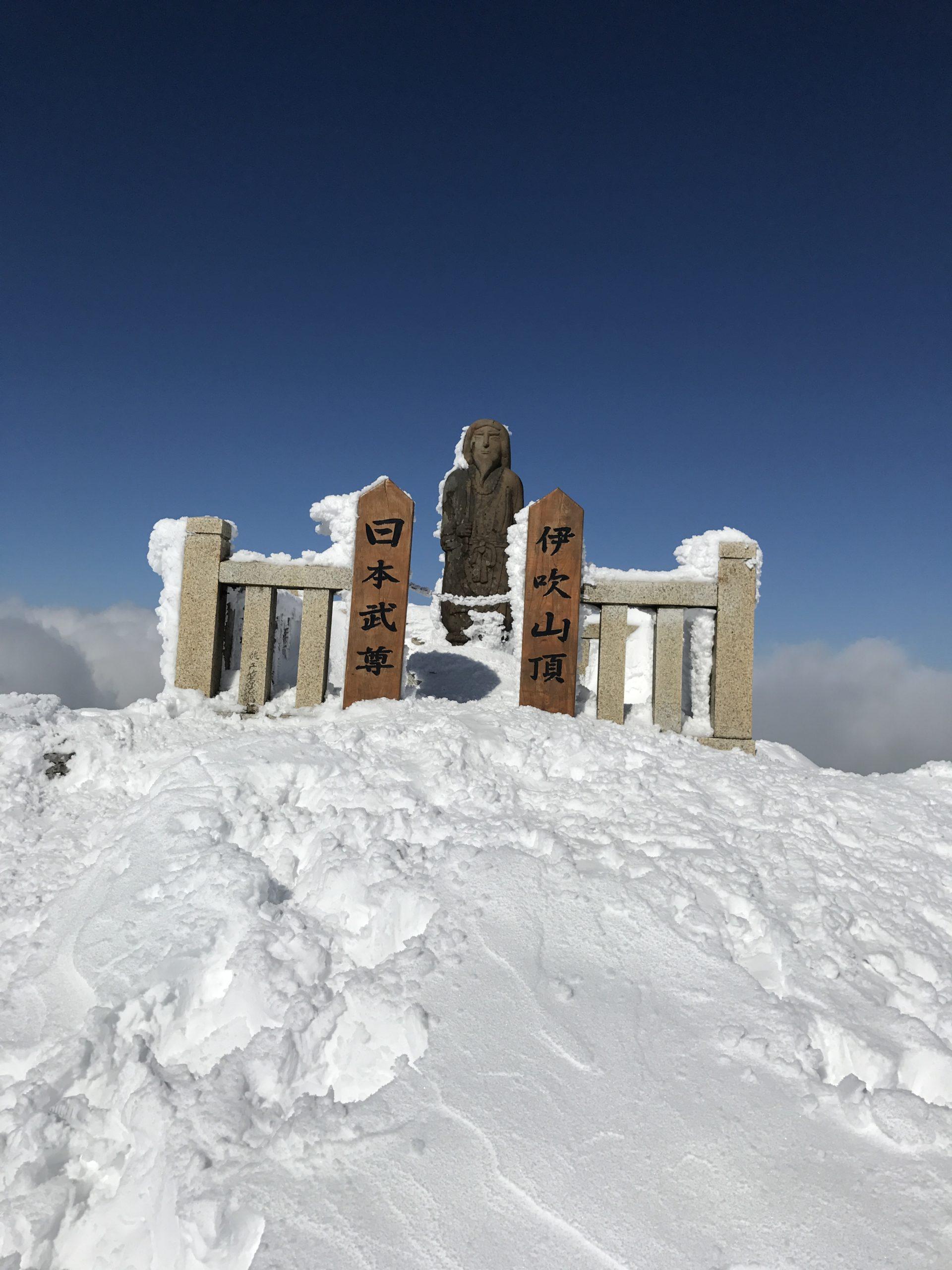 伊吹山で冬登山|頂上の日本武尊