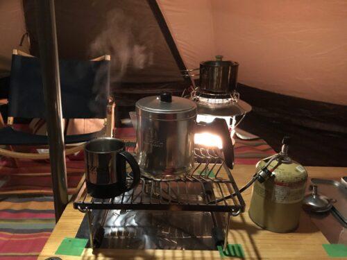 レインボーストーブの五徳で料理をしながらコーヒ―を沸かす