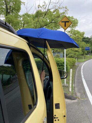 逆さ傘を完全に開く