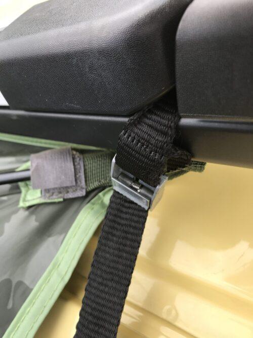 車体リヤ側にタープをセット