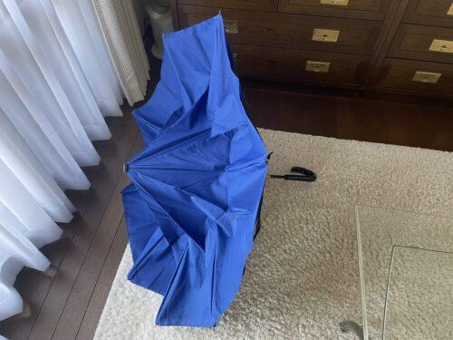 逆さ傘を半分開いた状態