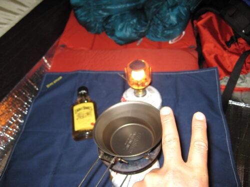 シェラカップのホットウイスキーを温める